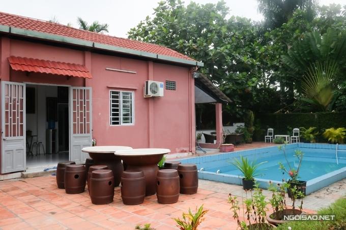Hồ bơi được thiết kế phía sau nhà, kết hợp bàn ăn uống ngoài trời thoáng mát.