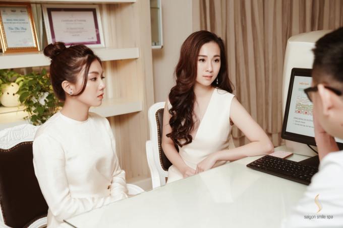 Cặp đôi Thu Trương, Carmen Bùi được bác sĩ thăm khám và tư vấn da.
