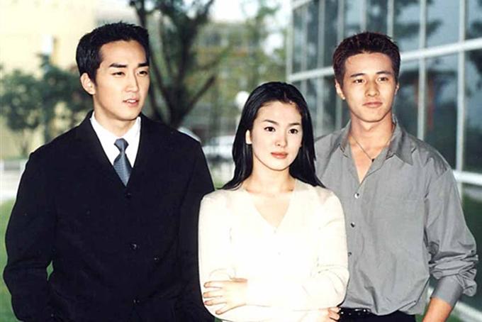 Song Hye Kyo dầncuốn hút hơn trong bộ phim Trái tim mùa thu góp phần làm nên tên tuổi vào năm 2000. Nét đẹp dịu dàng, đôi mắt biết nói của nữ diễn viên khi ấy tạo dấu ấn mạnh mẽ với khán giả châu Á.
