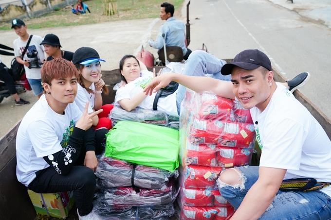 Bốn nghệ sĩ và êkíp chuẩn bị nhiều phần quà cho các em học sinh.