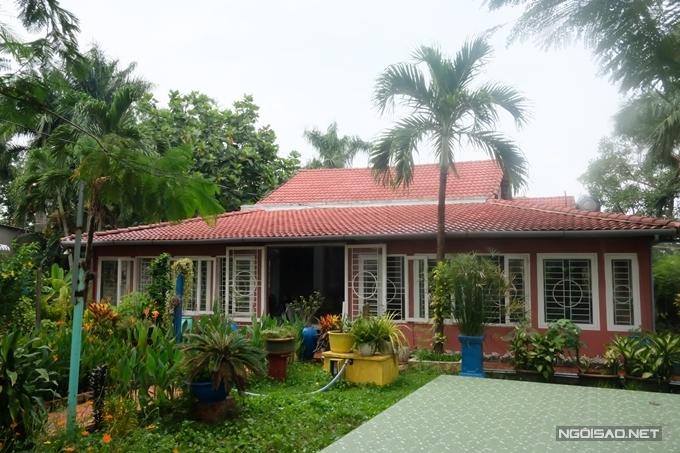 Diện tích nhà vườn khoảng 1.600m2, tràn ngập cây xanh do các khán giả tặng và được Nguyễn Phi Hùng trồng suốt nhiều năm qua. Riêng không gian nhà chính được lợp ngói, có nhiều cửa sổ đón gió mát tự nhiên từ khu vườn.