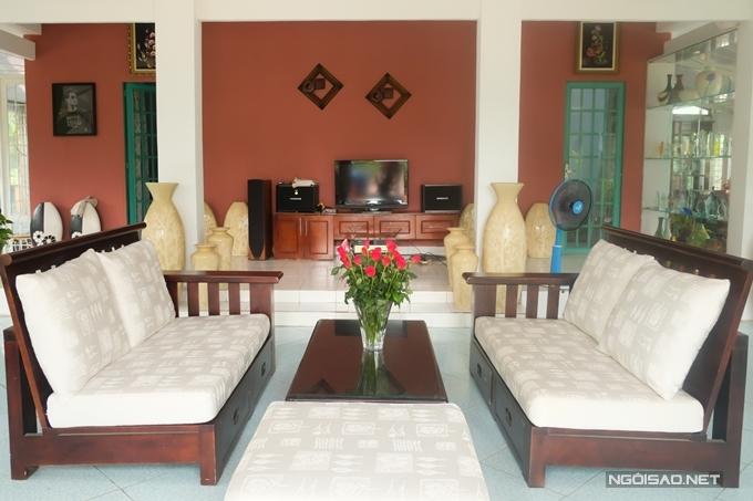 Nội thật đơn giản, ấm cúng tại phòng khách. Vì ưu tiên sự nghỉ dưỡng, Nguyễn Phi Hùng chọn các hàng ghế dài, lót nệm tạo sự thoải mái.