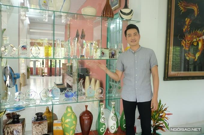 Nguyễn Phi Hùng trưng bàynhiều cúp lưu niệm suốt chặng đường hoạt động nghệ thuật trong một góc của ngôi nhà. Với anh, đây là những kỷ niệm không thể nào quên.