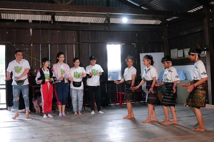 Khép lại buổi trao quà từ thiện, êkípdi chuyển đến làng Gia Rót -nơi sống tập trung người dân tộc Raglai gần trường để thưởng thức văn nghệ, ẩm thực.