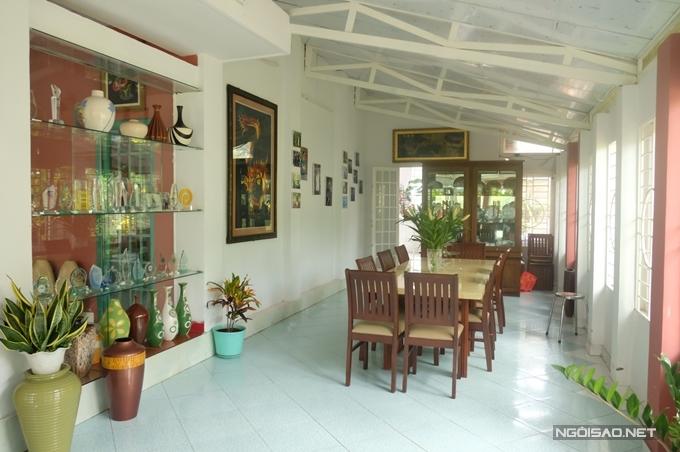 Bên hông phòng khách là hành lang rộng dẫn suốt nhà bếp, được Nguyễn Phi Hùng sử dụng làm khu vực ăn uống cùng gia đình, bạn bè.