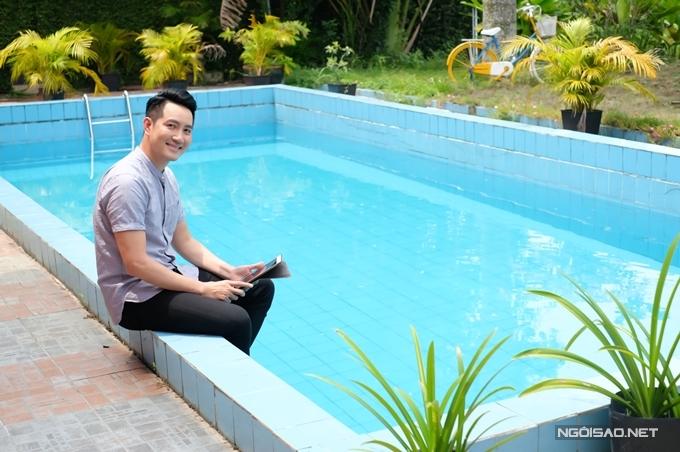 Nam ca sĩ thường bơi lội, tập yoga mỗi lần về nhà vườn.