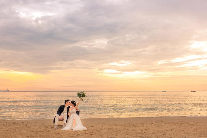 Bạn có thể đến Mỹ Khê chụp ảnh cưới vào bất kỳ thời điểm nào trong năm vì nước biển luôn trong và ấm. Tuy nhiên, bạn cần chuẩn bị các khâu như trang điểm, thay váy áo... từ sớm để kịp bắt được khoảnh khắc tia nắng đầu tiên ló rạng.
