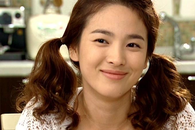 Đóng phim Ngôi nhà hạnh phúc vào năm 2004, Song Hye Kyo khiến khản giả bất ngờ với tạo hình năng đông, nhí nhảnh. Bộ phim tiếp tục đưa cô phủ sóng tên tuổi khắp châu Á.