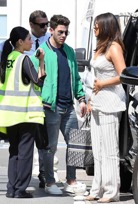 Priyanka cùng ông xã kém 10 tuổi đang trên đường tới Avignon để dự đám cưới của anh trai Nick là ca sĩ Joe Jonas và nữ diễn viên Games of Throne Sophie Turner.