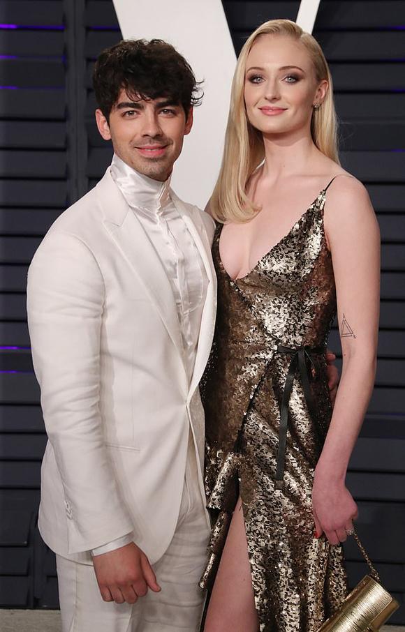 Vào cuối tuần này, Joe Jonas và Sophie Turner sẽ làm lễ cưới lần thứ hai, dự kiến mời đông đảo bạn bè, người thân hơn. Cặp đôi từng tổ chức đám cưới bất ngờ tại một nhà thờ ở Las Vegas ngay sau lễ trao giải Billboard hồi tháng 5.