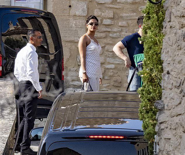 Lát sau đó, họ đã tới  Avignon - thành phố miền nam nước Pháp.