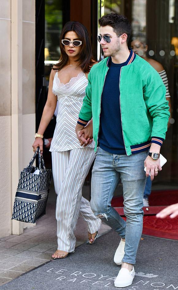 Hoa hậu Priyanka Chopra và nam ca sĩ Nick Jonas rời khách sạn ở Paris vào sáng thứ 4. Trước đó, cặp sao đã có chuyến du lịch vài ngày tại kinh đô ánh sáng thế giới.