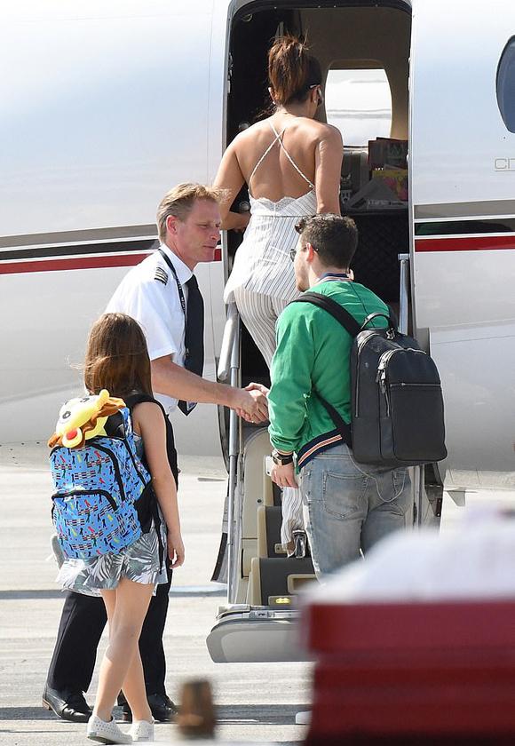 Cặp sao lên phi cơ riêng ở sân bay Paris.