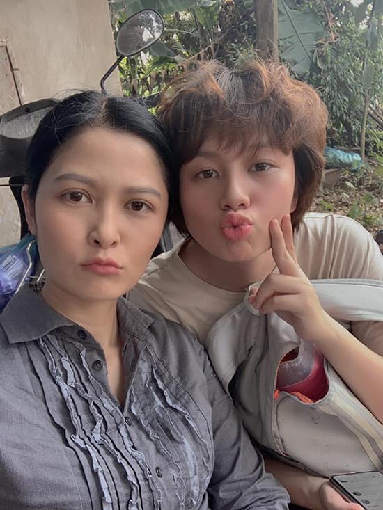 Thúy Hà cũng rất nhí nhảnh khi chụp ảnh cùng các diễn viên trẻ, trong đó có Bảo Hân. Trên mạng xã hội, cô cũng xưng mẹ với các con gái của ông Sơn trong Về nhà đi con.