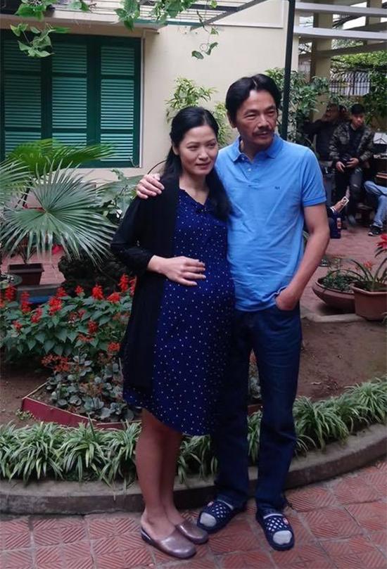 Trong phim Về nhà đi con, diễn viên Thúy Hà đóng 2 vai - vợ của ông Sơn (NSƯT Trung Anh) trước khi qua đời và cô bán hoa tên Hạnh khiến ông Sơn say như điếu đổ ở tuổi xế chiều.