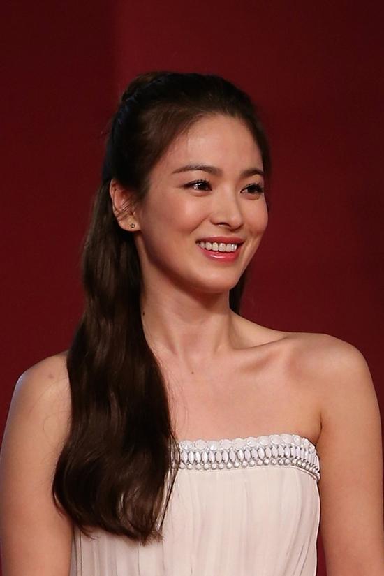 Song Hye Kyp khoe vai trần trên thảm đỏ Liên hoan phim Thượng Hải năm 2014.