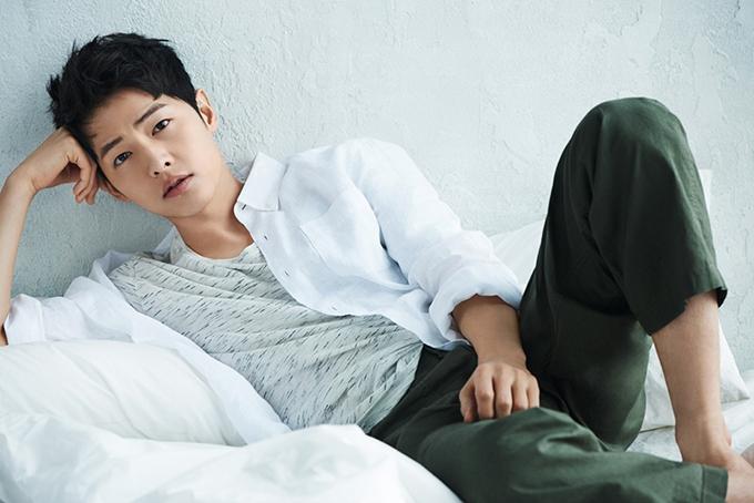 Dù nổi tiếng muộn hơn Song Hye Kyo song Soong Joong Ki cũng không kém cạnh vợ khi sở hữu nhiều bộ phim thành công và các hợp đồng quảng cáo béo bở.Soong Joong-ki đã giành được nhiều giải thưởng trong suốt tàu sân bay của mình. Là kết quả của vai diễn năng động của anh với vai chính đáng yêu nhưng nghiêm túc trong bộ phim tình cảm đình đám của KBS, Hậu duệ mặt trời, không nghi ngờ gì, nam diễn viên Hàn Quốc này hiện là một trong những ngôi sao được nhắc đến nhiều nhất trong ngành giải trí . Anh ấy đã trải qua sự phát triển vượt bậc về sự nổi tiếng khắp châu Á và cùng với sự nổi tiếng ngày càng tăng của anh ấy, thu nhập của nam diễn viên cũng tăng vọt. Theo một số báo cáo, khoản thanh toán cho mỗi tập phim của anh ấy được ước tính là $ 50,300. Tuy nhiên, không có đủ bằng chứng cho tuyên bố này.Trung tâm Thông tin Internet Trung Quốc (CIIC) tiết lộ mức lương đáng kinh ngạc của nam diễn viên từ các thỏa thuận chứng thực của anh tại Trung Quốc. Người ta đã thu thập được rằng Song Joong-ki được báo cáo là kiếm được 2,8 tỷ KRW (khoảng 2,46 triệu đô la) trong thời hạn hợp đồng sáu tháng, nhiều hơn những gì Lee Min-ho và Kim Soo-hyun kiếm được. Tính đến năm 2018, giá trị tài sản ròng của Song Joong-ki chanh ước tính hơn 1 triệu đô la.