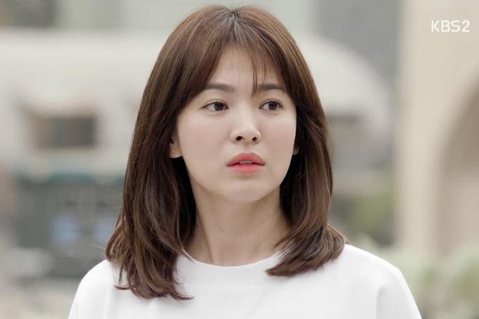 Năm 2016, Song Hye Kyo đóng phim Hậu duệ mặt trời, đưa tên tuổi cô lên một đỉnh cao mới. Ngoài diễn xuất, nữ diễn viên nhận được nhiều lời khen chonhan sắcmong manh, thanh khiết ở tuổi 35.