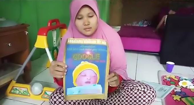Chị Ella (27 tuổi) giơ ảnh con trai Google ở nhà riêng tại Tây Java, Indonesia. Ảnh: AsiaWire.