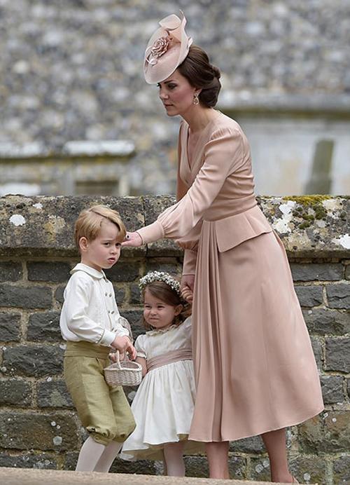Kate dẫn hai con, Hoàng tử George và Công chúa Charlotte, làm phù dâu, phù rể nhí cho đám cưới dì Pippa. Ảnh: UK Press.