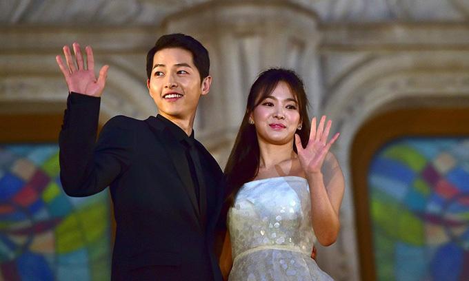 Sau lễ cưới, hai ngôi sao tạm nghỉ đóng phim để tận hưởng cuộc sống vợ chồng son. Song Joong Ki từng tiết lộ, họ giữ thói quen hẹn hò, thường cùng nhau đi cafe cuối tuần, nghe nhạc, đi du lịch với nhau.