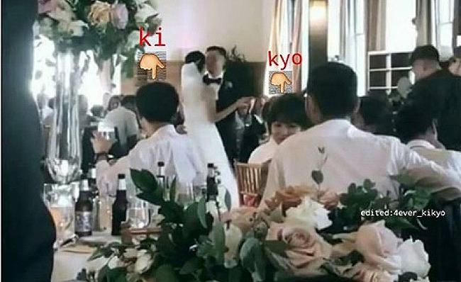 Cặp đôi ghé sát mặt, thì thầm trong đám cưới một người bạn ở Mỹ.
