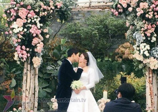 Vợ chồng Song Joong Ki - Song Hye Kyo hôn nhau mặn nồng trong đám cưới.