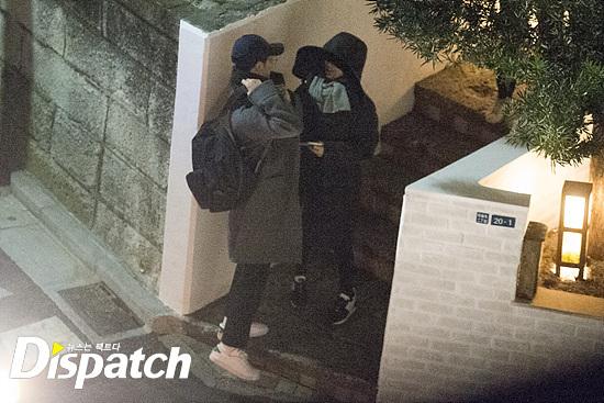Chỉ nửa tháng sau, công ty quản lý của hai diễn viên chia sẻ tin vui họ sẽ kết hôn vào tháng 10 cùng năm. Cùng thời điểm, trang tin Dispatch đăng tải hình ảnh cặp sao tình tứ đi du lịch Nhật Bản từ đầu năm 2017. Một sốnguồn tin cho biết, họ nảy sinh tình cảm ngay khi Hậu duệ mặt trời bấm máy và hẹn hò từ khi phim chưa ra mắt. Chủ một tiệm hoa ở Hàn Quốché lộ, có một thời gian dài, Song Joong Ki đều đặn tới mua hoa hồng trắng mỗi ngày. Sau này cô mới biết, Song Hye Kyo là chủ nhân của những bó hoa. Đó có lẽ là thời điểm, Song Joong Ki đang cưa cẩm Song Hye Kyo.