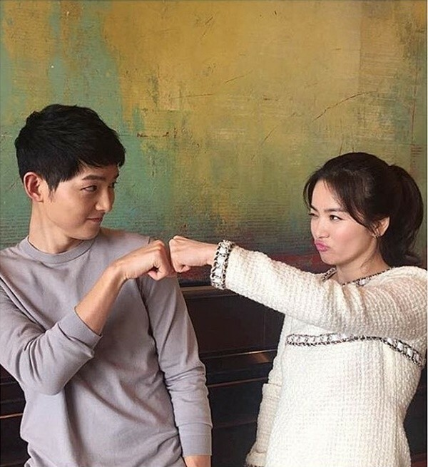 Ở bên cạnh bạn diễn kém tuổi, Song Hye Kyo vừa dịu dàng vừa có thể thoải mái trêu đùa nghịch ngợm.
