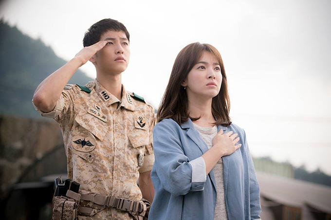Song Hye Kyo hơn Song Joong Ki 4 tuổi. Họ quen nhau khi đóng cặp trong phim Hậu duệ mặt trời năm 2016. Cặp đôi chị em nhập vai tròn trịa, mang tới nhiều cảnh phim lãng mạn và khiến người hâm mộ hy vọng họ thực sự thành đôi ở ngoài đời.