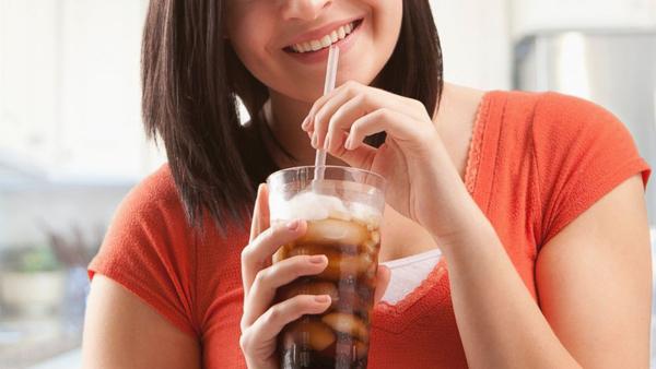 Tránh xa đồ uống có ga Các loại đồ uống có ga thường chứa nhiều đường, không tốt cho sức khỏe và cân nặng. Bạn nên uống nước lọc, nước ép hoa quả hoặc các loại trà thay thế.