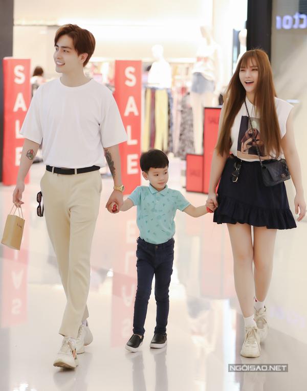 Thu Thủy và bạn traiKin Nguyễn nắm tay con trai riêng của cô đi chơi ở trung tâm Sài Gòn. Sau đổ vỡ hôn nhân, nữ ca sĩ rất hạnh phúc khi tìm được bờ vai mới để nương tựa. Cô mới được người yêu10 tuổi cầu hôn.