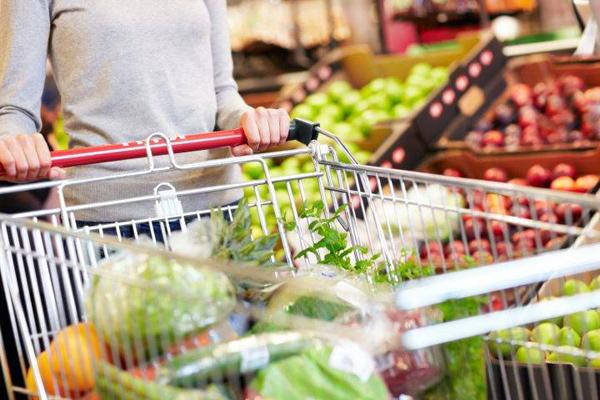 Đi siêu thị Đẩy xe mua sắm đi lại nhiều vòng trong siêu thị cũng là một cách tập luyện giúp bạn giảm cân. Hơn nữa, việc tự đi chợ mua thực phẩm về chế biến các món ăn giúp bạn kiểm soát thực đơn tốt hơn. Ăn thực phẩm tươi mỗi ngày giúp bạn duy trì vóc dáng mà không tốn sức.
