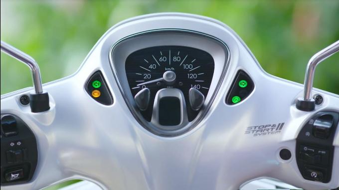 Mặt đồng hồ hiển thị của Latte trông khá cổ điển với đồng hồ tốc độ cỡ lớn ở trung tâm và các đèn thông báo dạng tròn ở hai bên, cùng màn hình LCD cỡ nhỏ báo xăng và thời gian.