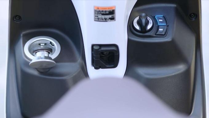 Hệ thống khoá thông minh Smartkey là một điểm cộng lớn khi giúp chị em dễ dàng định vị xe trong hầm, bãi gửi xe và đảm bảo an toàn cho xe.