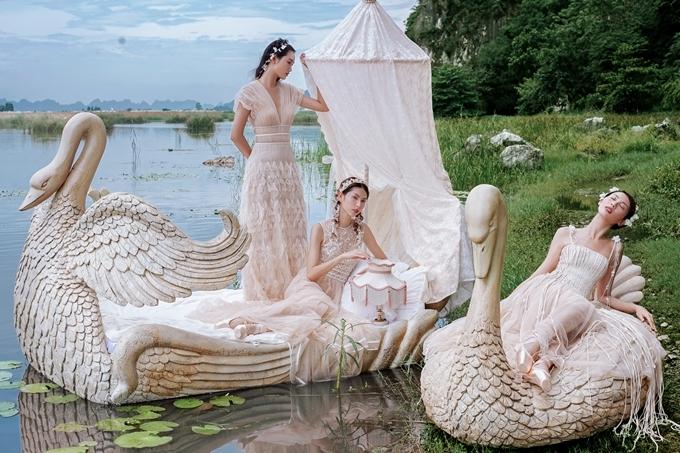 Bối cảnh thực hiện bộ ảnh quảng bá bộ sưu tập là đầm Vân Long, Ninh Bình. Đây là một trong những thắng cảnh nổi tiếng của Việt Nam, nơi có những đầm nước mênh mông, các loài chim, núi đá vôi và cảnh sắc mơ mộng cực kì phù hợp với ý tưởng của bộ sưu tập.
