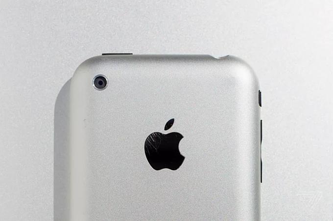 iPhone 2G, chiếc iPhone đầu tiên vàra mắt năm 2007. Ảnh:The Verge.