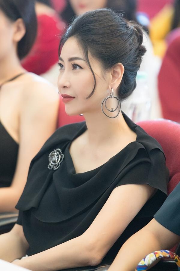 Hà Kiều Anh cũng chọn tông đen sang trọng khi ra Hà Nội chấm thi. Đây là lần thứ hai cô ngôi ghế nóng một cuộc thi nhan sắc uy tín cấp quốc gia, sau Hoa hậu Việt Nam 2018.