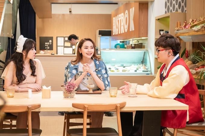 Ca sĩ Minh Hằng (giữa) là khách mời tập 3 chương trình Quán ăn hạnh phúc. Cô hội ngộ và trò chuyện với hai MC Hari Won (trái) và Đại Nghĩa.
