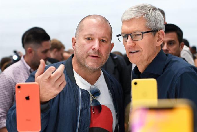 Jony Ive (trái) và Giám đốc điều hành Apple Tim Cook kiểm tra iPhone XR trước buổi ra mắt. Ảnh: CNBC.