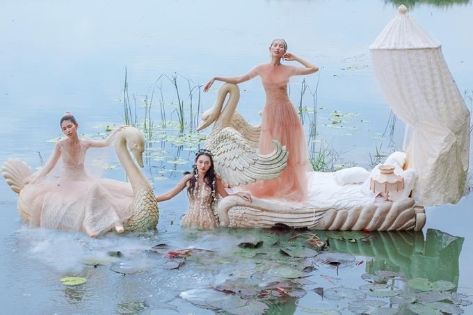Dù thời tiết chói chang, các người đẹp không ngại ngâm mình dưới nước để chụp ảnh.
