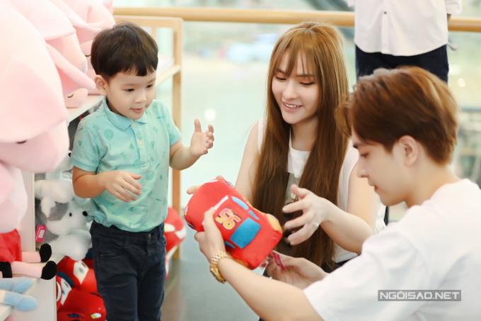 Kin Nguyễn rất cưng chiều con trai riêng của Thu Thủy. Anh mua cho bé nhiều đồ chơi.