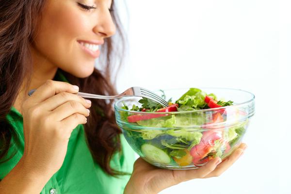 Ăn nhiều rau xanh Rau xanh rất tốt cho hệ tiêu hóa, giúp bạn no lâu, hạn chế ăn vặt. Chế độ dinh dưỡng giàu chất xơ là cách đơn giản nhất giúp bạn giảm cân tự nhiên.