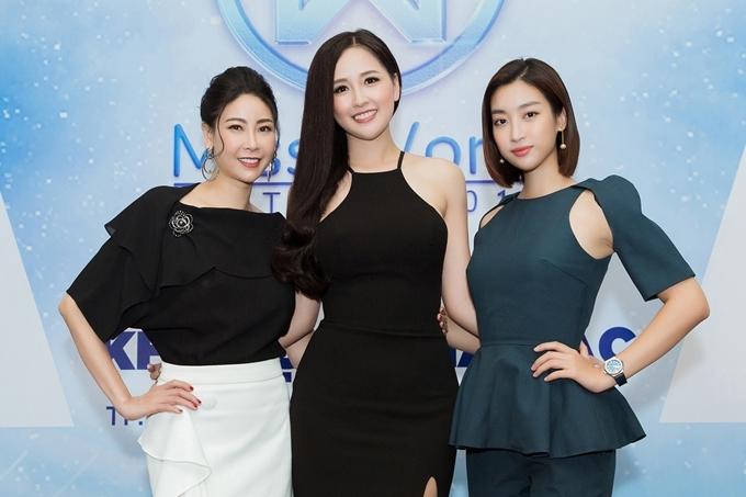 Ba Hoa hậu Việt Nam cùng chụp ảnh kỷ niệm. Mai Phương Thúy có chiều cao 1,84m nên trông vượt trội hơn hăn Hà Kiều Anh (1,72m) và Đỗ Mỹ Linh (1,71m).