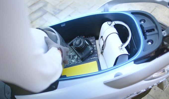 Nắp bình xăng nằm ngoài tiện lợi, giúp người sử dụng đổ xăng dễ dàng với một nút bấm cũng như không phải bước xuống xe. Một ưu điểm nữa của Yamaha Latte là dung tích cốp chứa đồ rộng lên đến 37 lít, xếp vào dòng xe tay ga có cốp lớn nhất hiện nay, giúp chị em đựng được vật dụng lỉnh kỉnh hàng ngày.