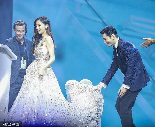 Huỳnh Hiểu Minh nâng váy cho vợ.