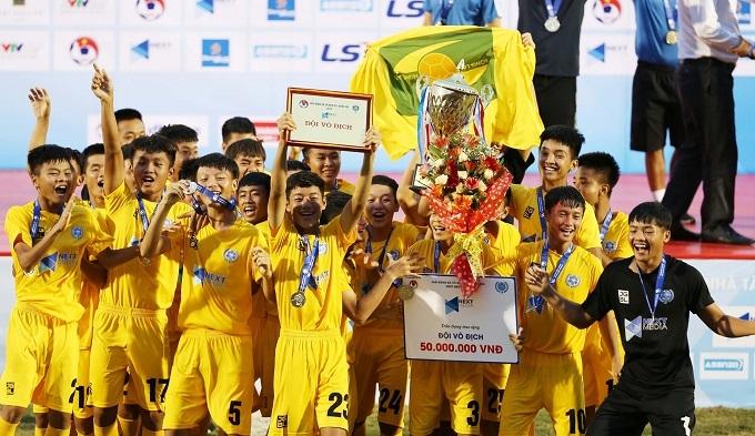 Các cầu thủ trẻ SLNA nhận Cup và huy chương. Ảnh: Đức Đồng.