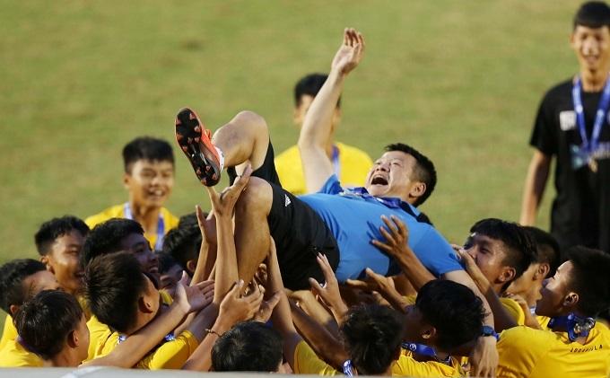 Văn Quyến được các cầu thủ trẻ SLNA công kênh sau trận chung kết. Ảnh: Đức Đồng.
