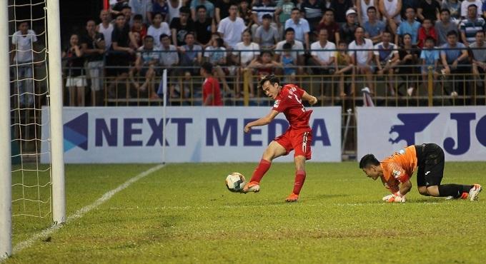 Văn Toàn dứt điểm ở góc hẹp sau khi lừa qua thủ môn. Ảnh: HAGL FC.