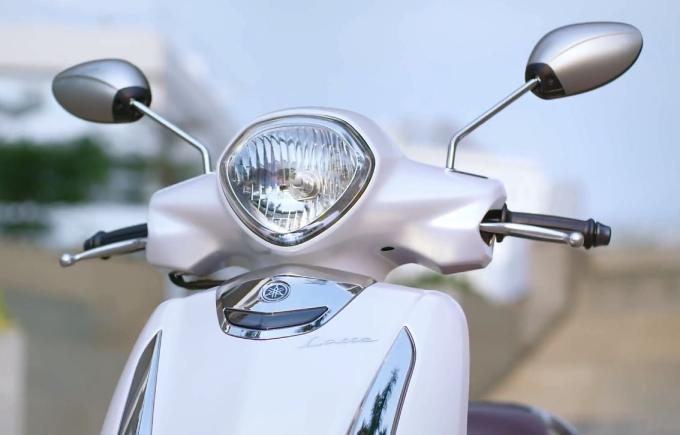 Về thiết kế, Yamaha Latte làm nổi bật dáng vẻ thướt tha của người lái với những đường cong mềm mại trên phần mặt nạ trước và thân xe, cùng yên xe thọn gọn có độ cao vừa phải. Bên cạnh đó, hệ thống chiếu sáng thiết kế tinh tế với đèn trước mô phỏng viên kim cương và cụm đèn xi-nhan hình giọt nước cũng là những điểm nhấn độc đáo của xe.